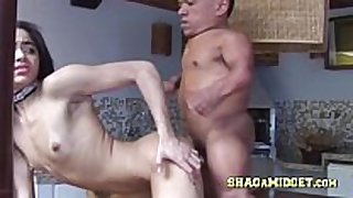 Hot lalin white wench fucks a midget